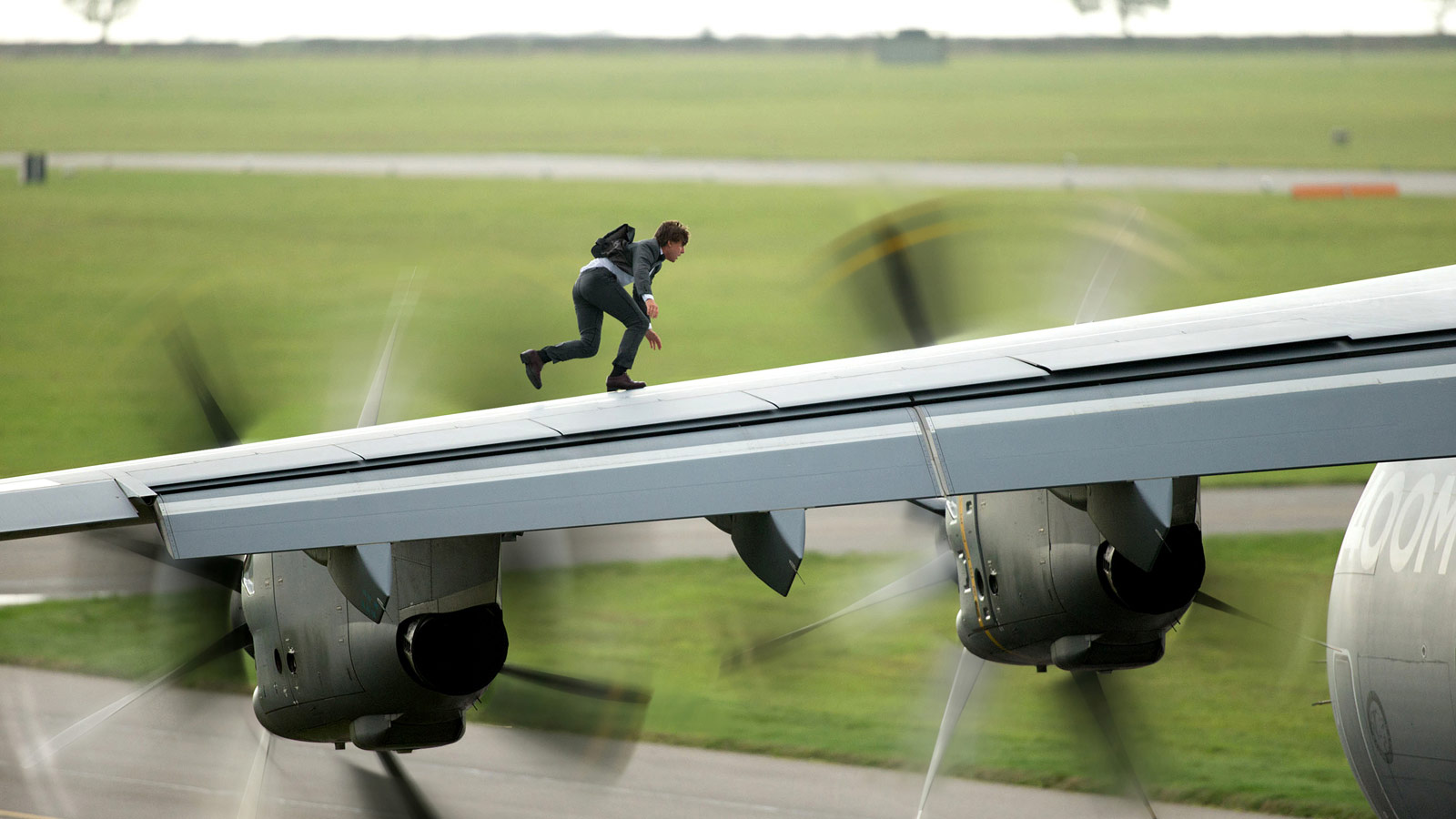Tom_Cruise_Mission_Impossible_5_1600x1200.jpg
