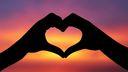 Mains en coeur - coucher de soleil